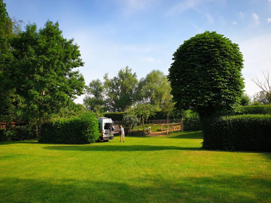 Extra ruime kampeerplaatsen op Camping De Rijnstrangen